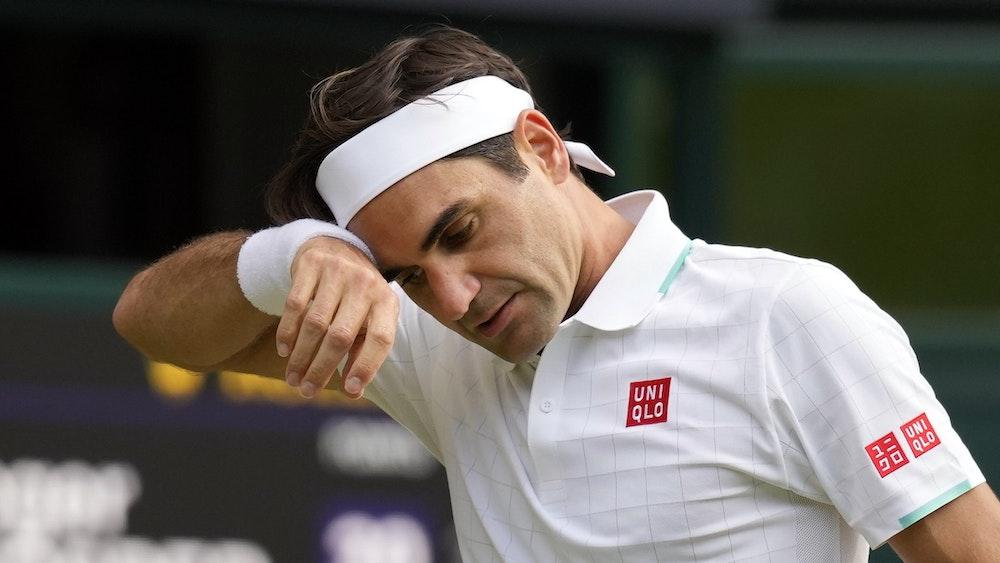 Der Schweizer Roger Federer wischt sich im Wimbledon-Viertelfinale gegen Hubert Hurkacz den Schweiß von der Stirn.
