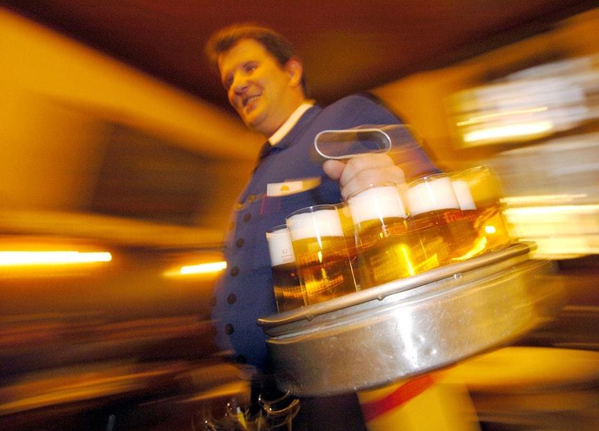 """Ein """"Köbes"""", ein Wirt in einem Kölsch-Brauhaus in der Kölner Innenstadt serviert am Donnerstag Kölsch."""