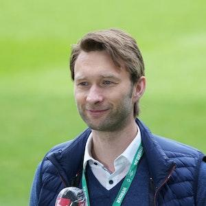 Sportdirektor Simon Rolfes (Bayer 04 Leverkusen) lächelt.