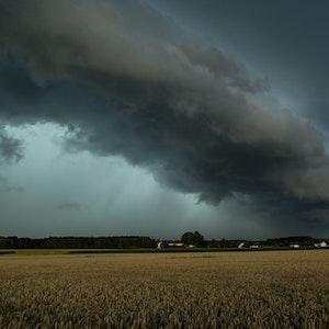 Ein Gewitter zieht am 7. August 2021 über Altenmarkt in Bayern. Für NRW sind am 10. September 2021 erneut starke Gewitter vorhergesagt.