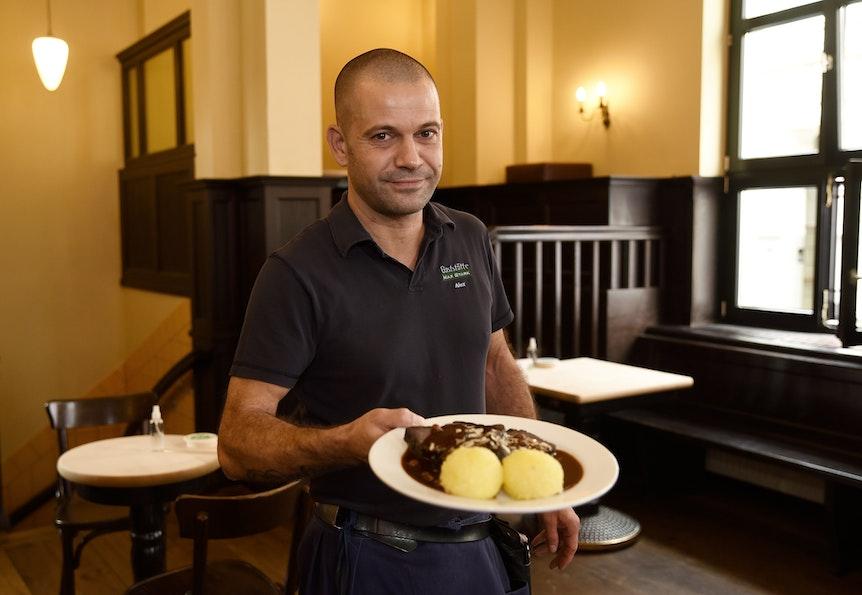 Köbes Alex mit Perdefleisch im Restaurant Max Stark.
