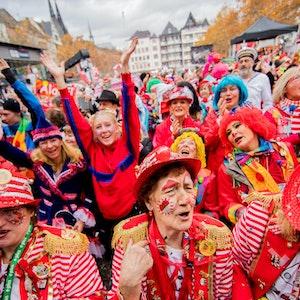 Köln: Jecken jubeln um 11:11 Uhr auf dem Heumarkt beim Auftakt der Karnevalssession.