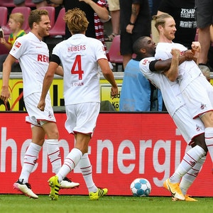 Florian Kainz jubelt mit Anthony Modeste für den 1. FC Köln gegen Hertha BSC.