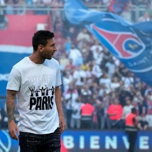 Lionel Messi wird von PSG-Fans gefeiert