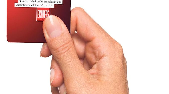 Eine Hand hält den Brauchtums-Pass für Köln.