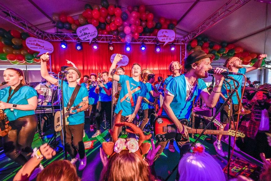 """Die Band Quersallou, ein Zusammenschluss der Karnevalsbands Kasalla, Cat Ballou und Querbeat, tritt bei der Karnevalsparty der Kanzlei """"Ebner Stolz"""" auf."""