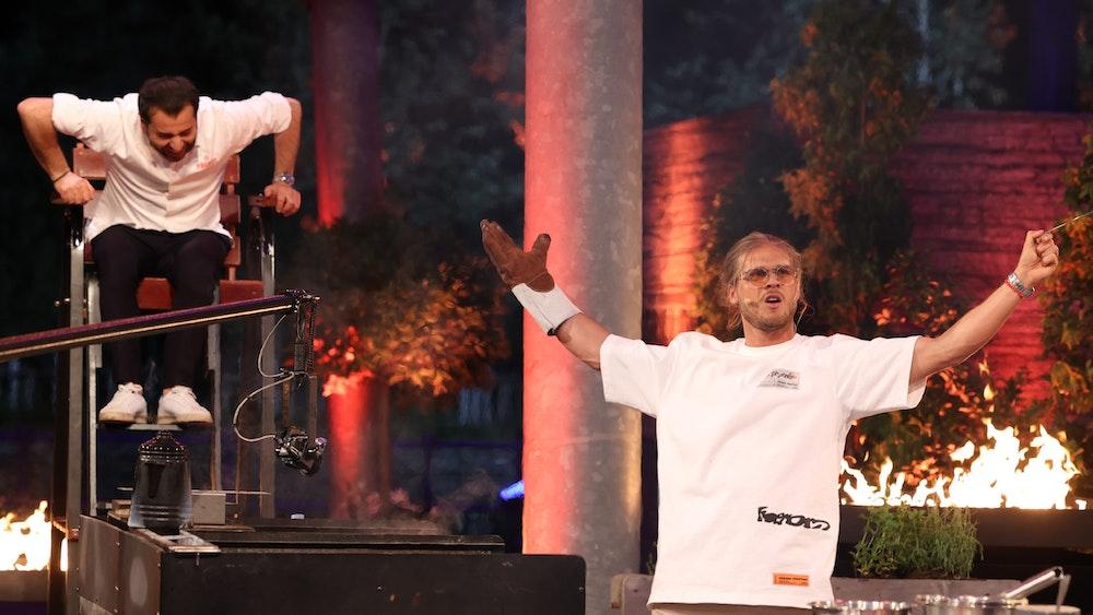 Kochcoach Ali Güngörmüs (l.), Promi-Koch Rúrik Gislason Die Verwendung des sendungsbezogenen Materials ist nur mit dem Hinweis und Verlinkung auf TVNOW gestattet.