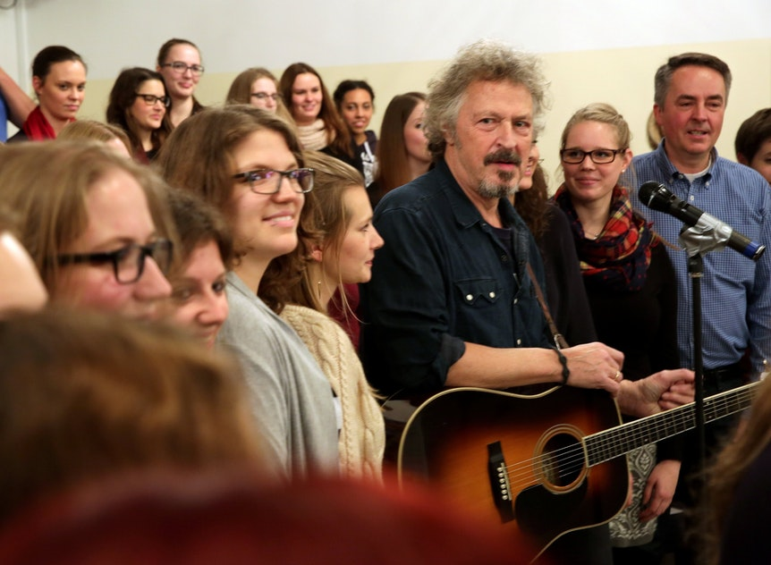 Wolfgang Niedecken probt mit Jugendchor St. Stephan.