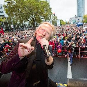 Henning Krautmacher (Musikband Höhner / Hoehner) steht auf der Bühne beim Kulturfestival 'Birlikte - Zusammen stehen' in Deutz.