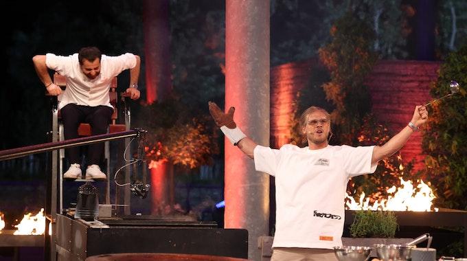 """Promi-Koch und Kanidaten-Coach Ali Güngörmüs (links) mit """"Let's Dance""""-Gewinner Rúrik Gislason bei """"Grill den Henssler"""" am 15. August 2021."""