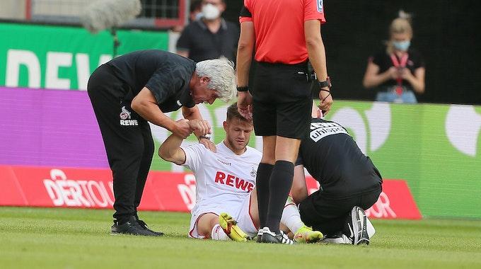 Jan Thielmann (1. FC Köln) wird von den Ärzten behandelt.