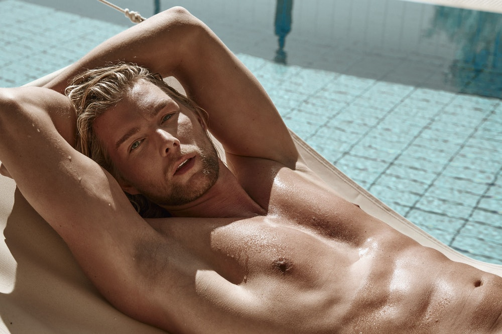 Kim Tränka liegt am Pool. Der Mann ist der neue Prince Charming.