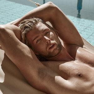 """Kim Tränka, der hier mit nacktem Oberkörper am Pool posiert, sucht in Staffel 3 von """"Prince Charming"""" auf TVNOW (und später bei VOX) seinen Traummann."""