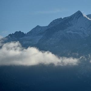 Wolken ziehen am im Oktober 2016 in der Nähe von Farchant (Bayern) unter der Alpspitze vorbei.