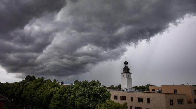 Dunkle Wolken ziehen kurz vor einem Gewitter mit Starkregen über den Ortsteil Sülz.
