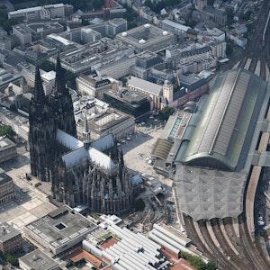 Der Kölner Dom und der Hauptbahnhof aus der Luft.