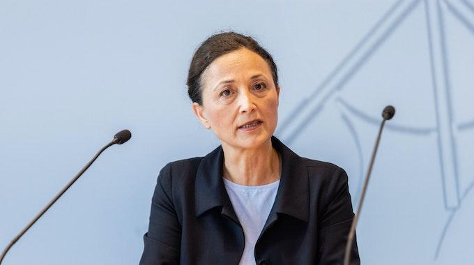Ayla Celik, neue Vorsitzende der Gewerkschaft Erziehung und Wissenschaft spricht während einer Pressekonferenz zum Schulstart in Nordrhein-Westfalen.