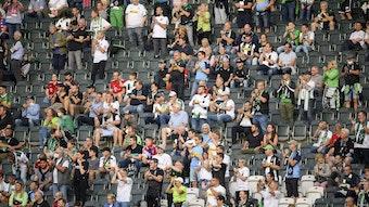 Fans von Borussia Mönchengladbach im Bundesliga-Heimspiel gegen den FC Bayern München am 13. August 2021.