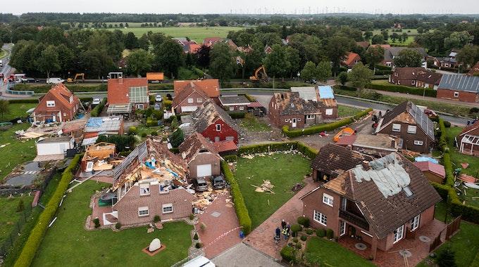 Häuser in Berumerfehn in der Gemeinde Großheide wurden in der Nacht von einem Tornado zerstört (Aufnahme mit einer Drohne). Ein Tornado mit geschätzten Windgeschwindigkeiten von 180 bis 250 Stundenkilometern hat in einer Gemeinde in Ostfriesland große Schäden angerichtet. +++ dpa-Bildfunk +++