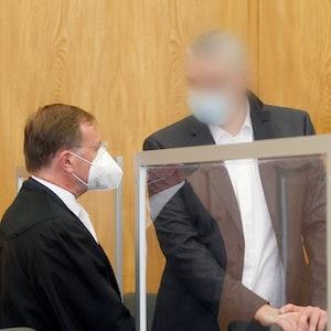 Der angeklagte Arzt des Universitätsklinikums Essen (M) unterhält sich im Gerichtssaal mit seinem Anwalt Harald Wostry (l). Er muss sich wegen Totschlags vor Gericht verantworten. Er soll einen Corona-Patienten mit einer Injektion getötet haben.