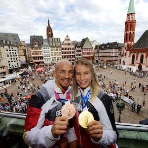 Aline Rotter-Focken, Olympiasiegerin im Ringen, und Frank Stäbler, Bronzemedaillengewinner im Ringen, stehen bei der Willkommensfeier für das Team Deutschland auf dem Balkon des Römers.