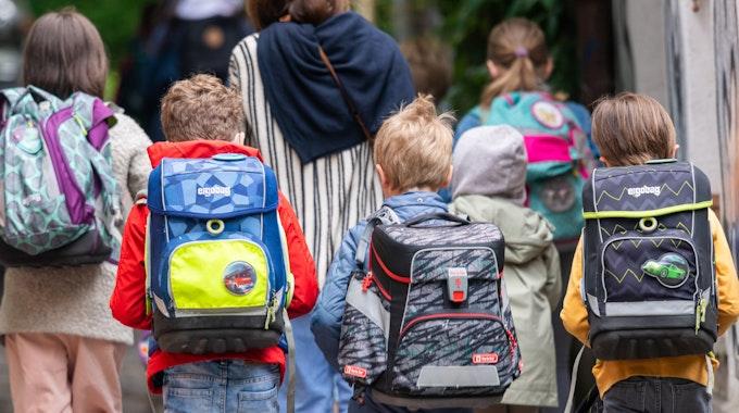 Das Bundeskartellamt in Bonn hat gegen den bekannten Schulranzen-Hersteller Fond Of eine Bußgeldstrafe verhängt. Schulkinder gehen am Montagmorgen nach den Pfingstferien wieder in die Schule.