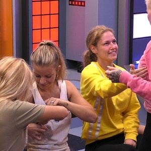 """Babs Kijewski, Ina Aogo, Marie Lang und Melanie Müller (von links) untersuchen eingehend ihre jeweiligen Brustimplantate in Show 11 von """"Promi Big Brother"""" am 16. August."""