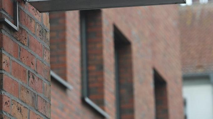 """Sonntagabend (15. August) hatte man den Polizisten in einer Oberhausener Dienststelle tot aufgefunden. Ein Schild mit dem Schriftzug """" Polizei"""" hängt an einer Polizeiwache."""