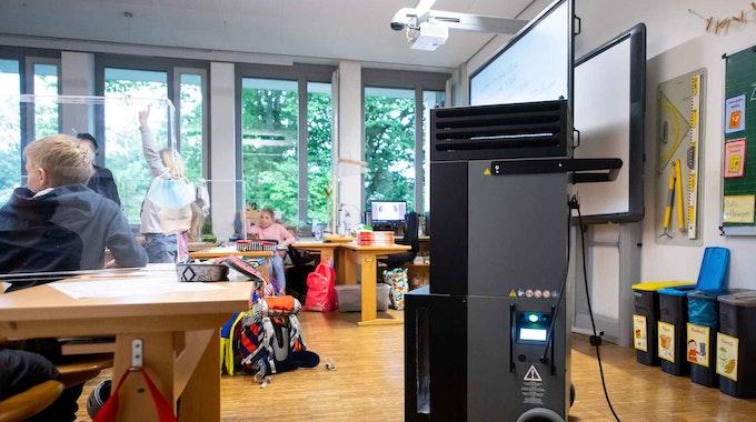 Ein Luftfiltergerät steht in einem Klassenraum an der Grundschule Neubiberg.