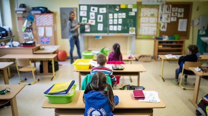 Am Mittwoch (18. August) beginnt in NRW an vielen Schulen wieder der Unterricht in Präsenz. Schülerinnen und Schüler der Klasse1c der Eichendorff-Grundschule, sitzen mit Abstand in ihrem Klassenraum.