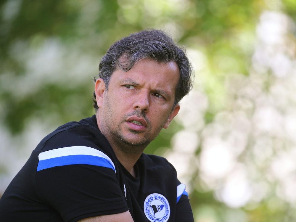 Samir Arabi, Sportchef von Arminia Bielefeld spricht während eines Interviews.