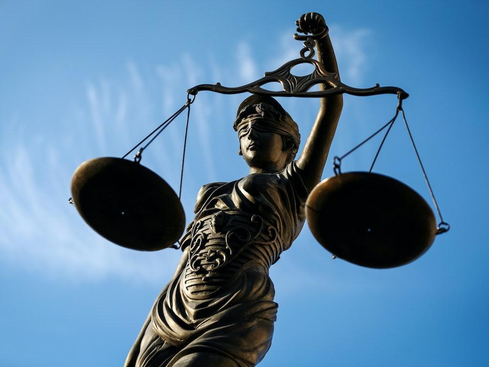 Prozessauftakt in Aachen: Ein 37-Jähriger soll seinen eigenen Komplizen aus Habgier ermordet haben. Bamberg, Bayern: Eine Statue der Justitia hält als Symbol eine Waage in ihrer Hand.
