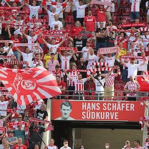 FC-Fans auf der Südtribüne im Rhein-Energie-Stadion