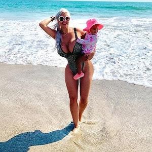 Sophia Vegas posiert mit ihrer Tochter am Strand für ein Instagram-Foto. Die Blondine machte öffentlich, dass bei ihrer Schönheits-OP ein chirurgischer Fehler passiert war.