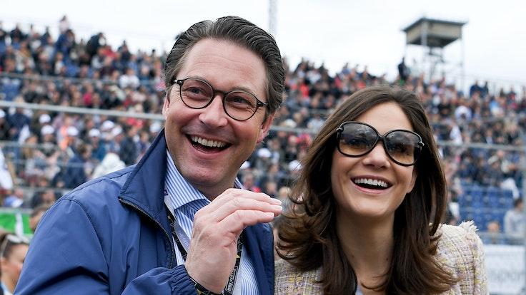 Andreas Scheuer (CSU), Bundesverkehrsminister, und seine Lebensgefährtin Julia Reuss vor dem Start der Formel-E-Meisterschaft in der Boxengasse.
