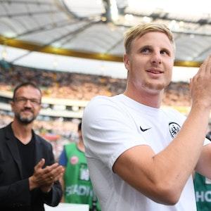 Frankfurts damaliger Neuzugang Martin Hinteregger (r) klatscht bei seiner Präsentation in der Commerzbankl-Arena neben Fredi Bobic, Sportvorstand der Eintracht Frankfurt Fußball AG, Beifall.