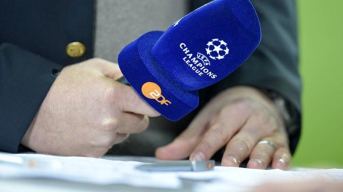 Das ZDF-Mikro während einer Champions-League-Übertragung im November 2014.