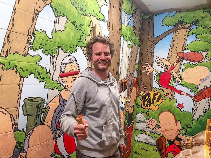Thomas Klukas vor einer seiner Wandmalereien in der Bagatelle im Frühjahr 2021