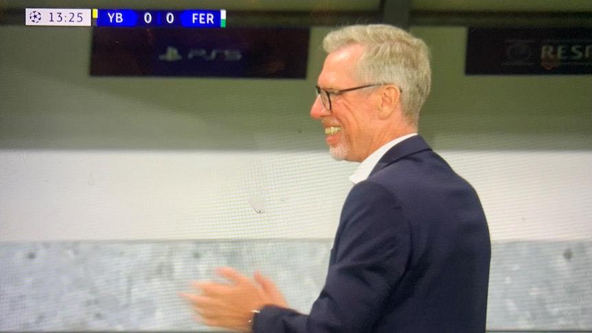 Peter Stöger bejubelt ein Tor von Ferencváros Budapest gegen YB Bern.