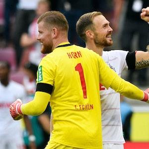 Timo Horn und Rafael Czichos freuen sich über den Sieg des 1. FC Köln gegen Hertha BSC.