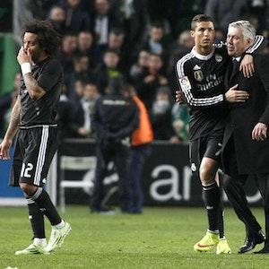 Cristiano Ronaldo nimmt Carlo Ancelotti in den Arm