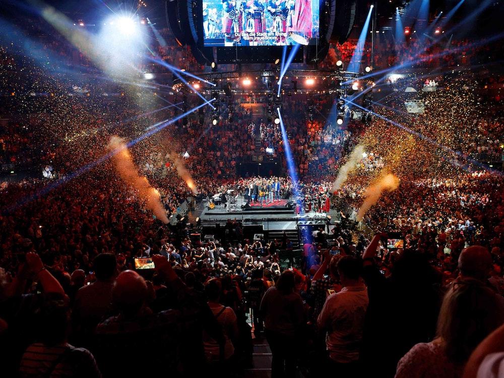 Menschen stehen 2019 vor der Bühne bei Kölle singt in der Lanxess-Arena
