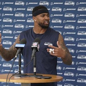 Seattle Seahawks Safety Jamal Adams spricht am 17. August 2021 an einem Podium.