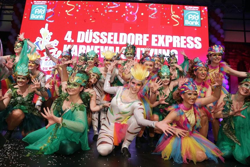 1Die Tanzgarde der KAKAJU auf der Bühne.