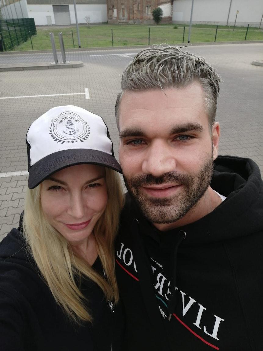 """Mike Cees-Monballijn und Michelle Monballijn am 17.8.2021. Der Kandidat von """"Das Sommerhaus der Stars"""" 2021 hat graue Haare."""