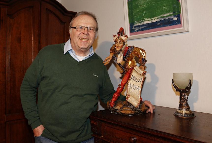 Historiker und Brauchtums-Experte Reinhold Louis in seine Haus in Kerpen-Türnich. Stolz präsentiert Louis den Kulturpreis der Deutschen Fastnacht.
