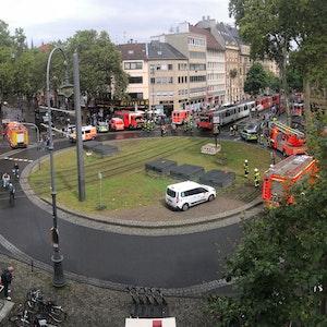 Polizei und Rettungskräfte stehen rund um den Chlodwigplatz in Köln.