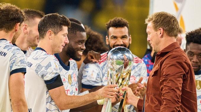 Julian Nagelsmann mit Robert Lewandowski und Dayot Upamecano bei der Siegerehrung nach dem Supercup-Sieg gegen Borussia Dortmund.