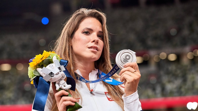 Die polnische Speerwerferin Maria Andrejczyk präsentiert ihr in Tokio gewonnene Olympia-Silbermedaille.
