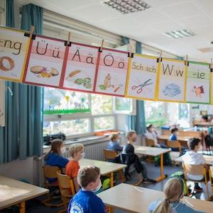 Schülerinnen und Schüler der Klasse in ihrem Klassenraum.